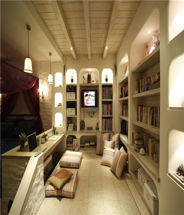 既然如此就完全不必要再浪费空间和材料做个靠背了,就让它对着空空的阶梯吧。看似不合理的设计,背后却是符合主人生活习性的最合适的设计呢。