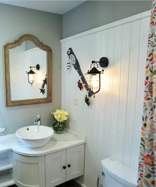 卫生间进行了重新设计,带转角的浴室柜让洗漱区空间更充足。墙上的挂钩俏皮  、可爱,从各种小细节流露出主人热爱生活的态度。