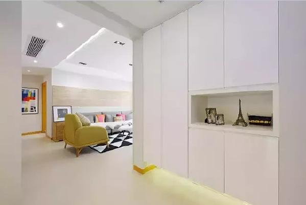 鞋帽柜使用完整的门板配合嵌入式设计,使空间更加整洁明快。