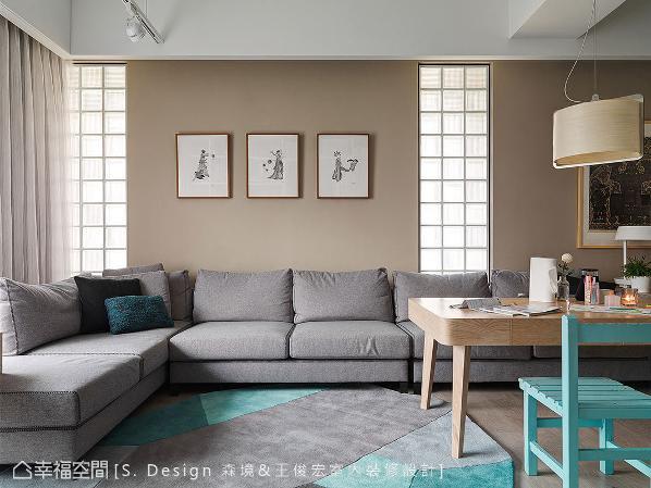 四米长的订制沙发横贯公共场域,可做为客厅与餐厅共同使用,无实墙的明显交界,在开阔空间感外,亦添生活运用的弹性。