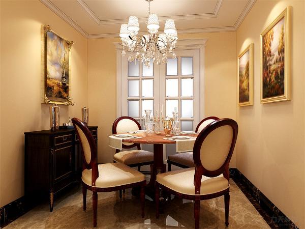 在餐厅的设计中,采用了红木系的餐桌椅搭配白净的厨房滑动门。白色和明亮玻璃的结合创造出了现代的洁净与明亮。