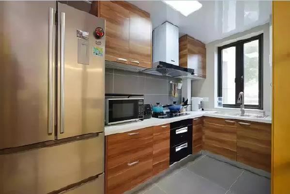 木纹饰面板的橱柜与灰色瓷砖搭配,使厨房看起来温馨、健康。