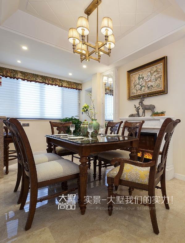 餐厅与客厅融于一体,设计兼具自然生活与浪漫优雅。雅士白大理石的壁炉增加空间时尚与休闲感,艺术镜面不仅增加空间感而且可以作为女主人的试衣镜。