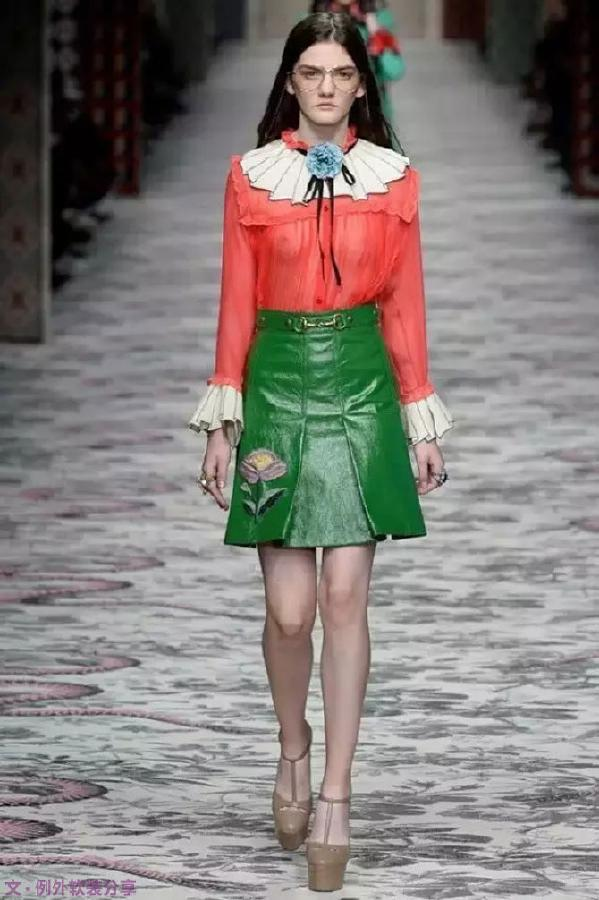 "Gucci 2016春夏系列 互补色对色搭配可以平衡空间中单色过于强烈引发的失衡。正是红绿之间产生的强烈视觉冲击力,让设计师对这两者之间的""撞色""大为着迷。"