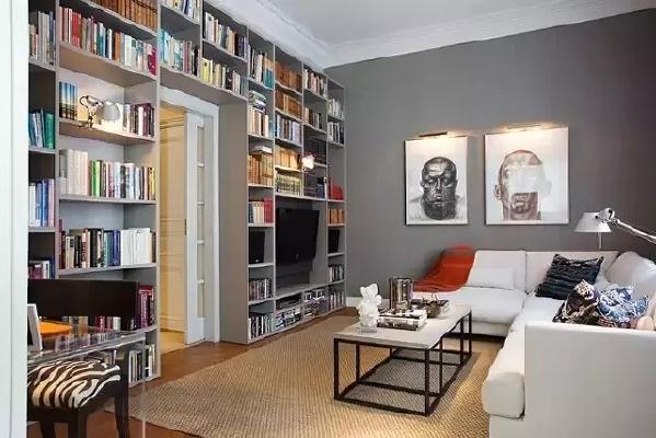 客厅做一个整面墙的书架,让客厅具有了会客聊天+读书写字的功能,这个家的核心地带则不仅有温馨的  居家感,还有了书卷气的高格调。