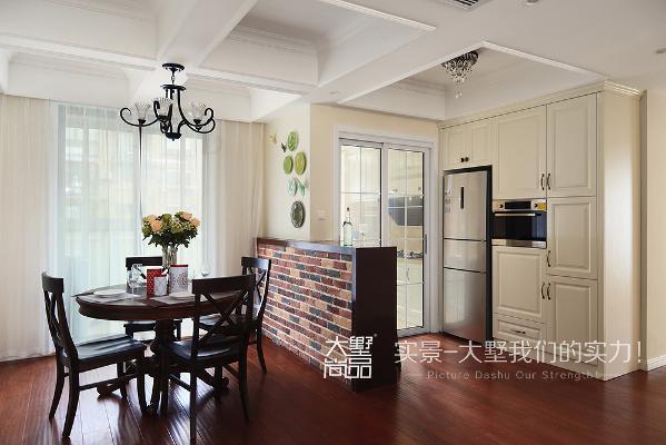 厨房和餐厅中间用吧台代替传统的墙体进行阻隔,让整个空间变得更通透,整体的空间对色彩的运用给人温和柔美的感觉。