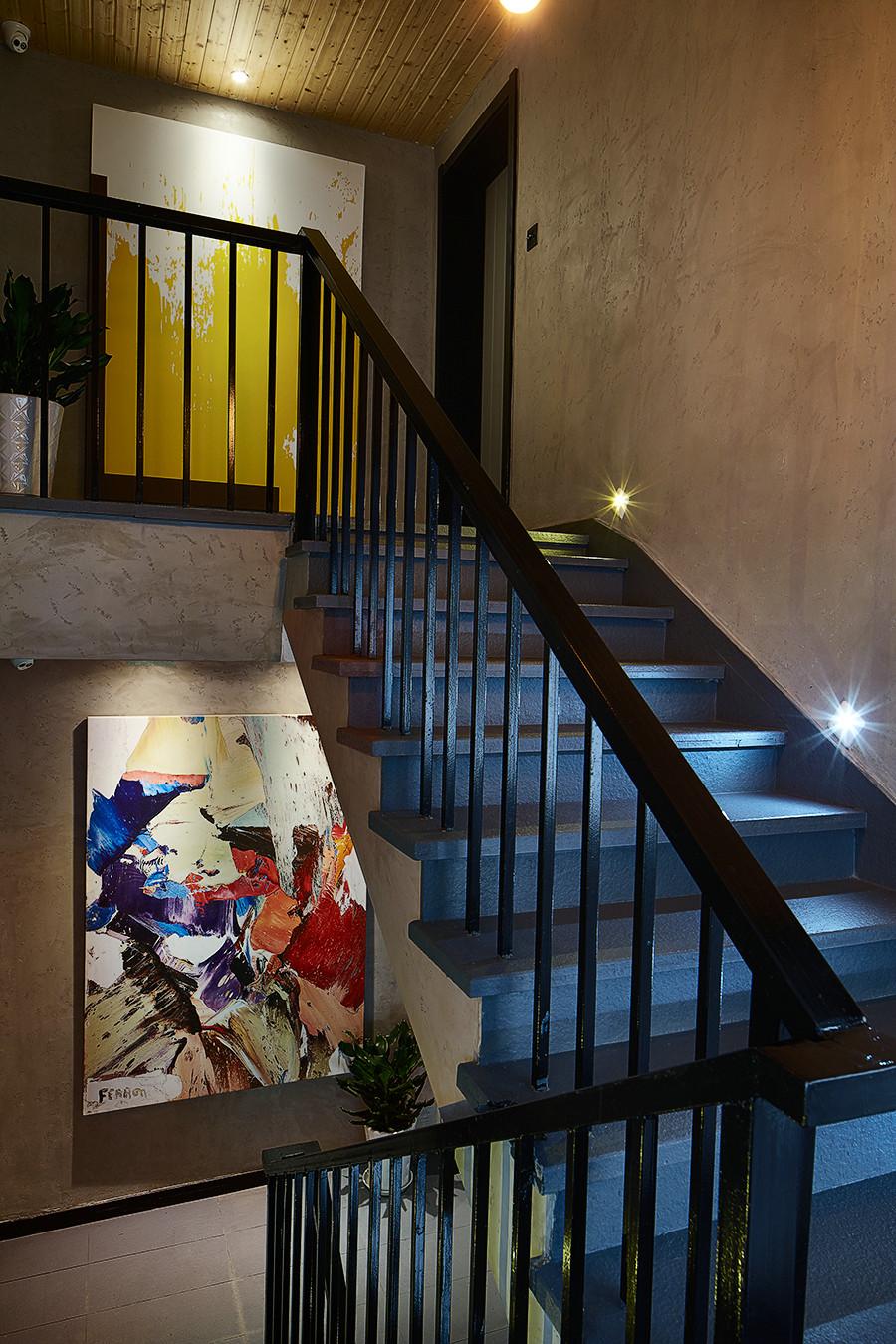 混搭 别墅 80后 楼梯图片来自上海倾雅装饰有限公司在初夏的时光的分享