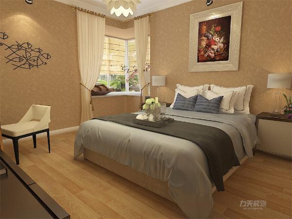 主卧室空间将原走廊内的储物柜空间封上使走廊更加完整,在室内另开门口作为衣帽间,扩充了主卧空间。墙面用略深于客厅的棕黄色壁纸,墙面以挂画、铁艺点缀使整个空间简约舒适。