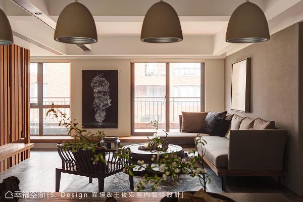 绵长的卧榻切齐露台地坪,外望的视野无段差隔屏,模糊内外交界,是室内也是户外。