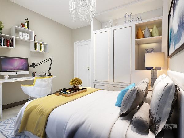 次卧的整体感觉很朴素,和简单,墙的颜色为暗黄色,窗头柜的样式很有特点,很新颖,小卧室的整体感觉很温馨,很清爽,设计有书桌,衣柜等,实用率高。