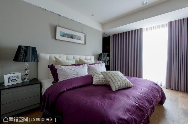 进入主卧空间,美国进口壁布的主墙,佐上现代新古典意象的床头与灯饰,烘托出典雅华美的气韵。