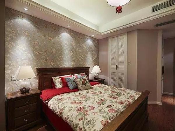 主卧,背景墙和床品的繁华样式让整个美式的大气风格更添温馨,床品的花纹样式刚好跟床头背景墙相呼应。
