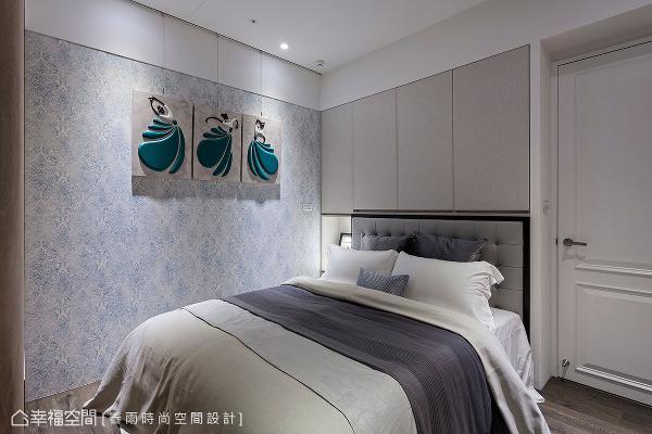 以淡雅蓝色调营造主卧的优雅质感,床头上方亦带入柜体机能满足收纳需求。