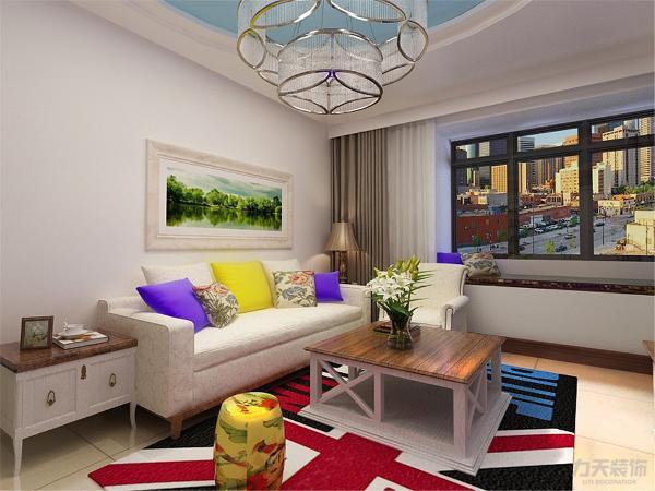 由于有了重点的电视背景墙和沙发背景墙面壁纸,所以其他地方的装饰可以简单点,,用简单的颜色饰品来做简单的点缀!