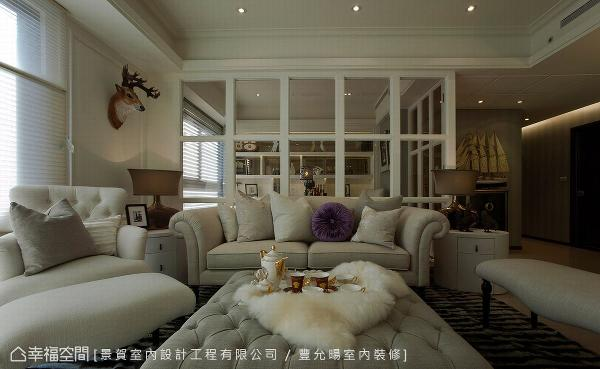 客厅与书房采穿透式的隔间设计,让视觉得以延伸、放大,创造开阔的空间感。