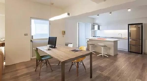 白色的岛台与开放式厨房成为了房间中和谐的一景,嵌入式冰箱让开放式厨房更整洁,岛台既可以料理美食,也能当做餐桌。