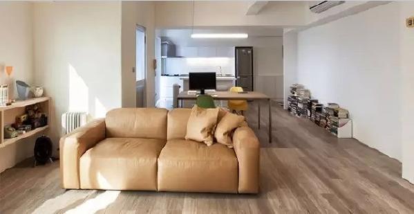 房主本身是一名设计师,崇尚自然主义以及少即是多的理念,从他只有沙发的大客厅便可见一斑。