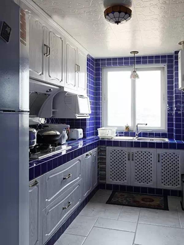白色的橱柜让厨房看起来干净清爽,海一样的蓝色墙砖,让厨房充满地中海风情。