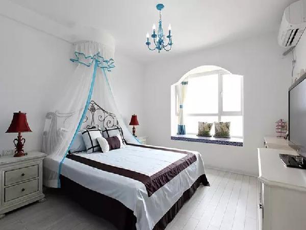 卧室用了窗帘、床幔和吊灯来呼应地中海风格,整体用亮白打造,让人眼前一亮。