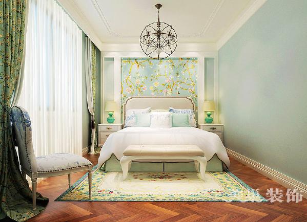 主卧室全景设计,一个温馨的卧房是对生活最好的奖赏。作为重要的家居组成部分,在床具的选择上选用了十分舒适的亮色沙发材质床体,并搭配淡蓝色的墙面及花鸟工笔画,将温馨与活力注入到整个私密空间