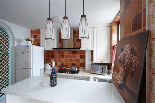 开放式的厨房,简易的吧台设计,在这里仿佛什么都简洁起来……