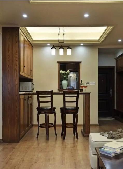 ▲为了连贯厨房和餐厅两个区域的动向,在餐厅与厨房相隔的墙面上设计一个窗洞  的形式,增加了厨房的一个通透性,同时作为传菜口,一举两得。