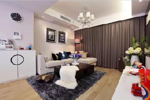 咖色窗帘和深灰色的地毯让浅色的客厅显得更加典雅。