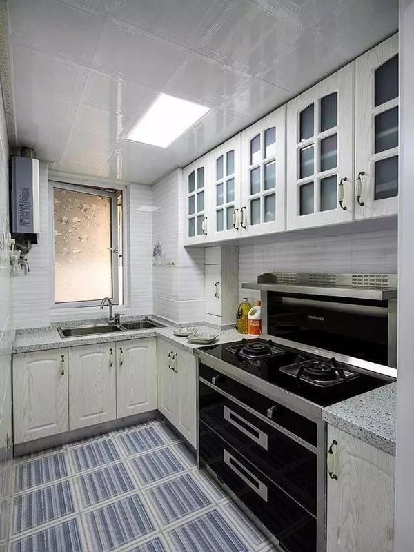 黑白两色的厨房简约、时尚。蓝白条纹地板线条清晰,显得干净、整洁。