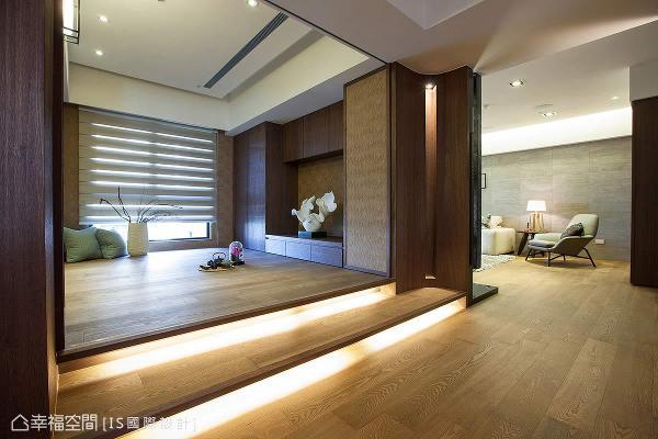 和室以阶梯式的架高地坪与灯带铺设,营造视觉上的层次感。