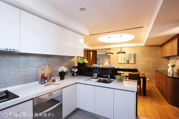 开放式的厨房连结餐厅,让一家人可以在此切磋厨艺,也能招待亲朋一同欢聚。