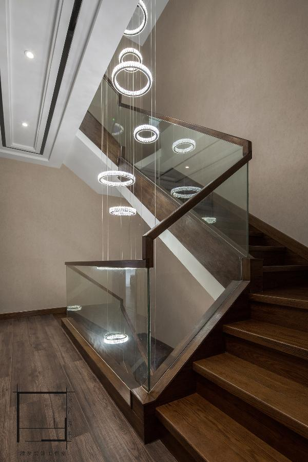 借助樓梯結構本身的可逆性和連續性去實現整體性。