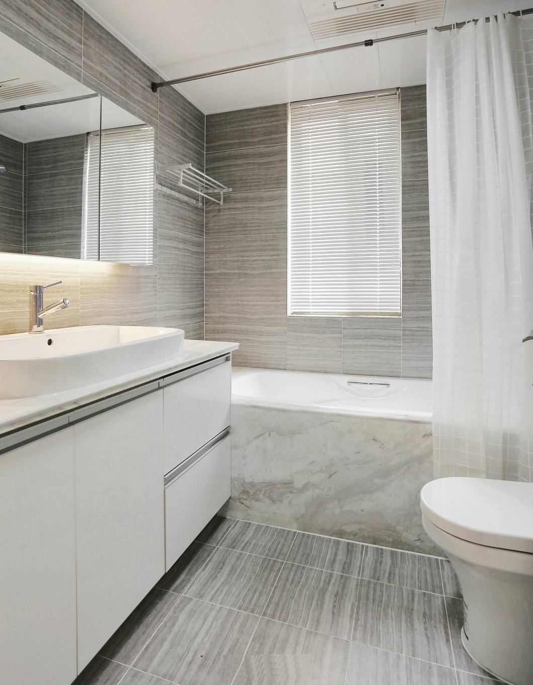 简约 三居 80后 卫生间图片来自九鼎建筑装饰工程有限公司成都分在朗基天香95平现代简约温馨小居的分享