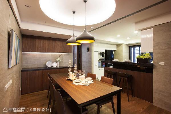 一家围聚的餐厅,同样以意大利砖作为空间立面表现,搭配木质餐桌与现代感灯饰,延续幸福的温暖。
