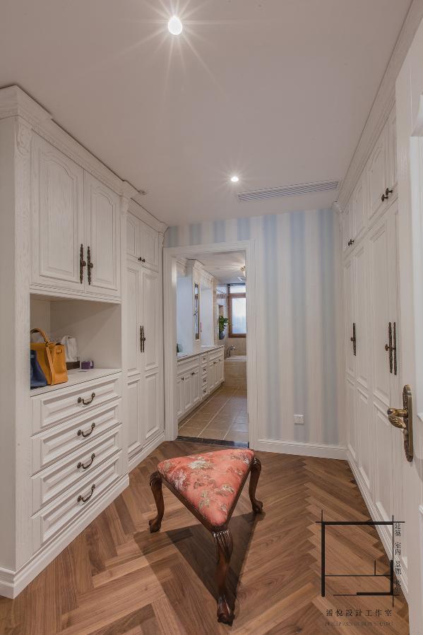在去衛生間的過道中,先要穿過更衣室,作為過道與更衣室兩種功能,即要滿足功能需求又要滿足形式需求。