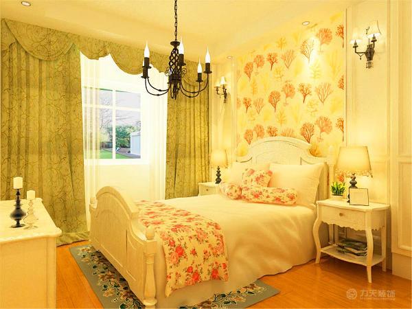 卧室并没有安装电视,是为了减少辐射带来的危害,使生活更环保健康舒适。布艺也用了碎花的材料,体现朴实,回归自然的感觉,绿色带有花纹的窗帘是很好的点缀,更加营造了田园的氛围。