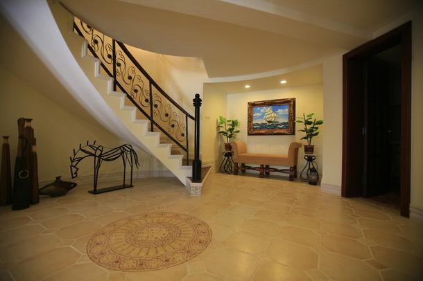 别墅 美式风格 嘉年华装修 水蓝郡 263平 楼梯图片来自武汉嘉年华装饰在传统的美式风格彰显别墅贵气的分享