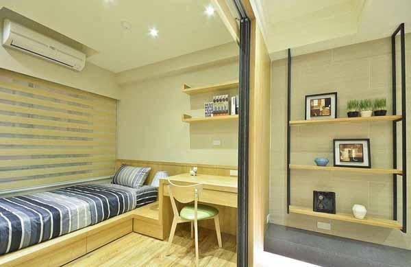 在以机能为主的小孩房中,一体成形规划书桌与床组,并透过地板材质的转换增添温润质感