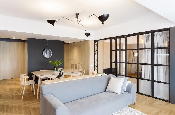 金属框玻璃墙可以根据需要变成一个封闭的空间,与公寓的其他部分完全分隔。这个多功能空间可以被用作办公室或客房