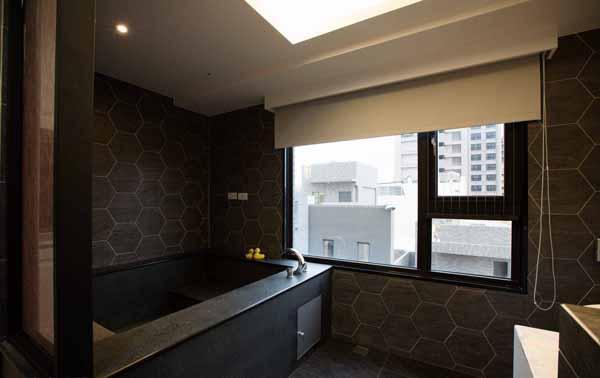加大的浴池规划取代原先干湿分离的湿区空间,为屋主期盼的沐浴享受,六角砖的运用在磁砖冷硬中,带入造型的趣味。