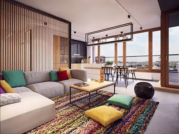 走进客厅,首先就被房间的通透明亮与色彩斑斓所吸引。满满一面墙全都是玻璃窗,超棒的视野让人心情无比愉悦。