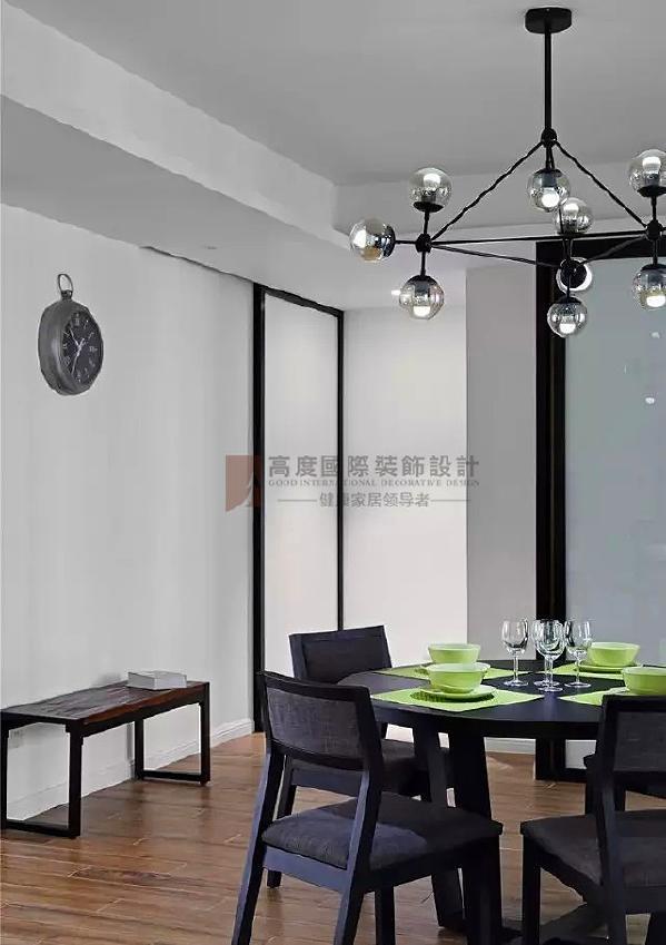 ▲ 非常简约的餐厅设计,配饰更注重细节和设计感,绿色餐具是空间亮点