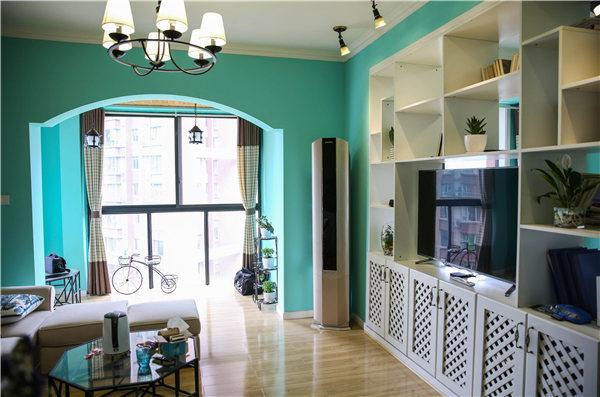 观景阳台很大,因此设计师做了一个弧度造型墙,采用蒂芙尼蓝作为整体颜色基调。