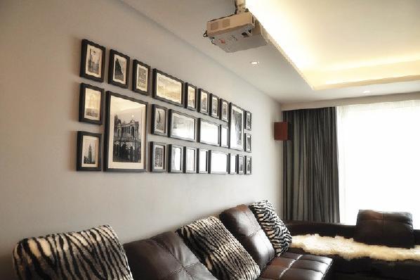 背景墙上放上一些照片框,既不显得空旷,也能做一些简单的装饰。安装一个投影仪,空闲时候也能在家看电影。
