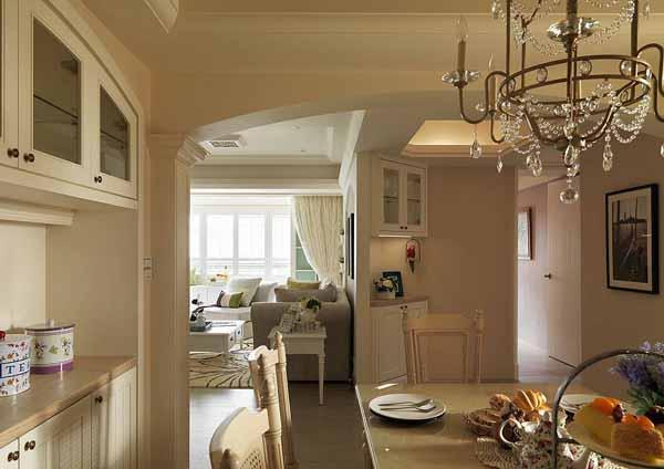 设计师利用延伸的客厅墙面,在走廊规划展示端景柜,成为行进动线的目光焦点