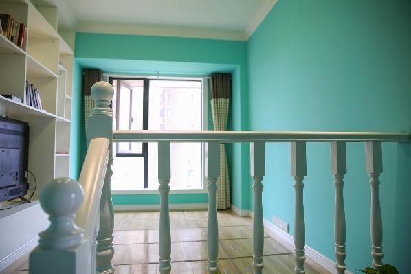书房的整个地面抬高现场定制储物式的榻榻米,另外定制了楼梯扶手,让这个空间更加充实整体性更强。