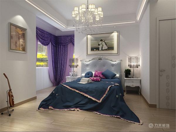 卧室是在客厅的基础上做的一个延伸,白色的墙面,三只打水晶等,紫色的窗帘,抱枕,蓝色的创面,创面上点缀着四肢银色的玫瑰花,这里的布局不仅是清新脱俗更要比客厅要稳重温馨!