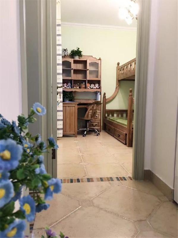 地中海风格装修的家居非常注意绿化,爬藤类植物是常见的居家植物,小巧可爱的绿色盆栽也常看见。