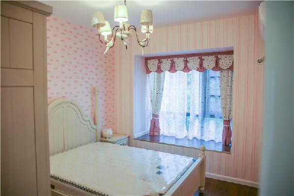 次卧是女儿的房间,属于女生特有的粉色系。