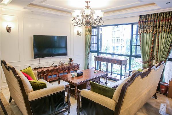 同样与之呼应的是绒面材质的墨绿窗帘,一般这种颜色很难搭配在房间装饰里,设计师在这里巧妙的将沙发墙面与之相结合,墨绿的窗帘也显得沉稳高贵起来。