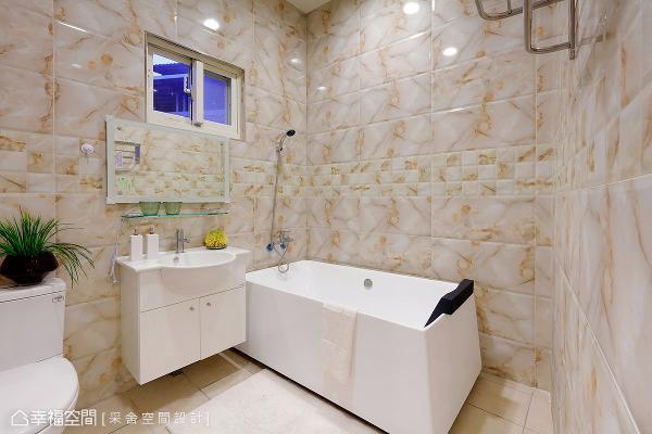 壁面以柔和的色系与纹路妆点,展现优雅质感,独立式浴缸的摆设则呼应度假感情境与氛围。